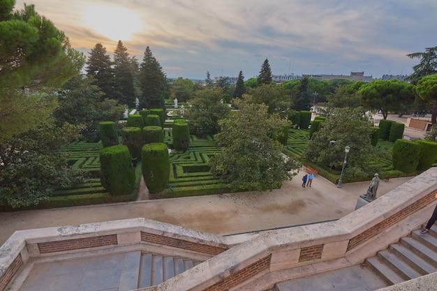 Belle vue sur les jardins royaux sous la forme d'un labyrinthe