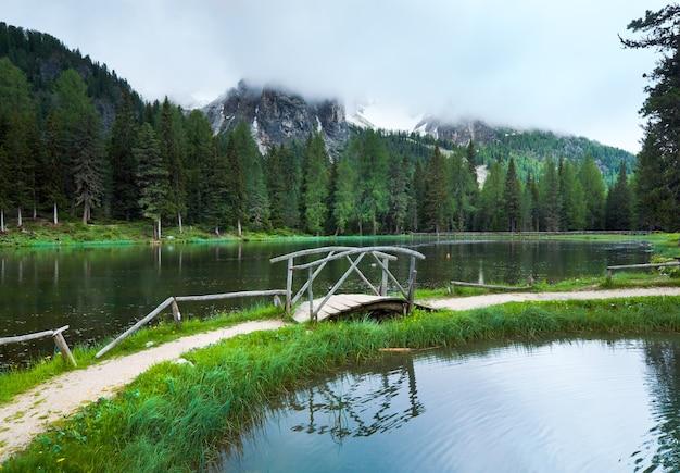 Belle vue sur le lac alpin lago di antorno, italia dolomites