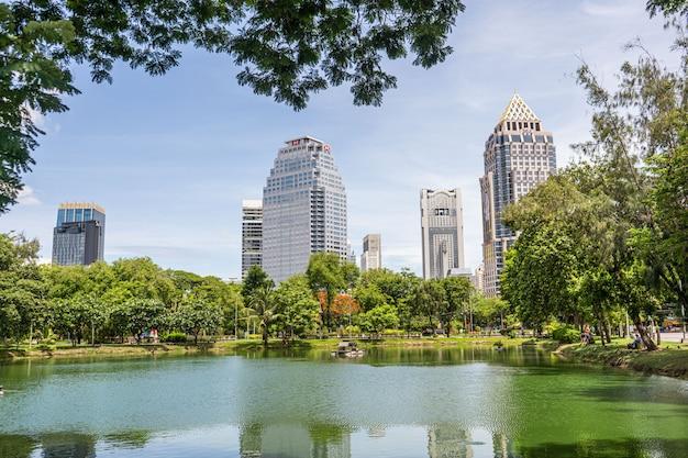 Belle vue sur le lac et les bâtiments modernes dans le parc lumpini, bangkok, thaïlande