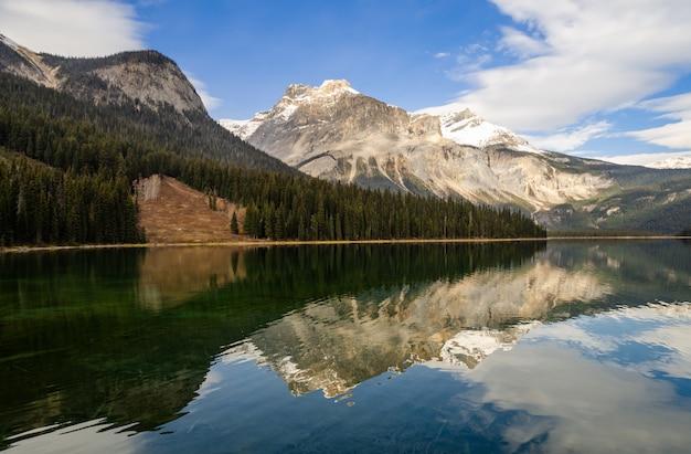 Belle vue sur le lac émeraude dans le parc national yoho, colombie-britannique, canada