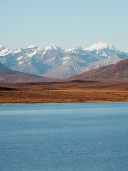 Belle vue sur un lac et des montagnes enneigées