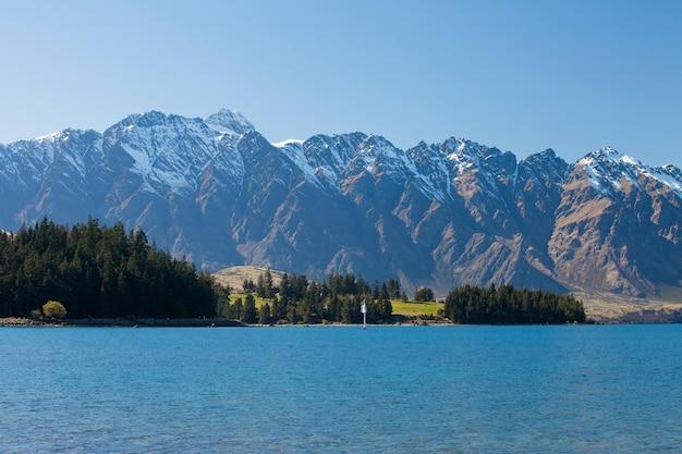 Belle vue sur le lac et les montagnes à queenstown, nouvelle-zélande