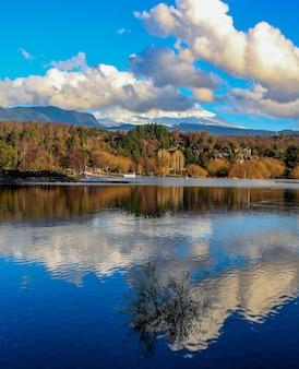 Belle vue sur le lac reflétant le volcan villarrica couvert de neige au chili