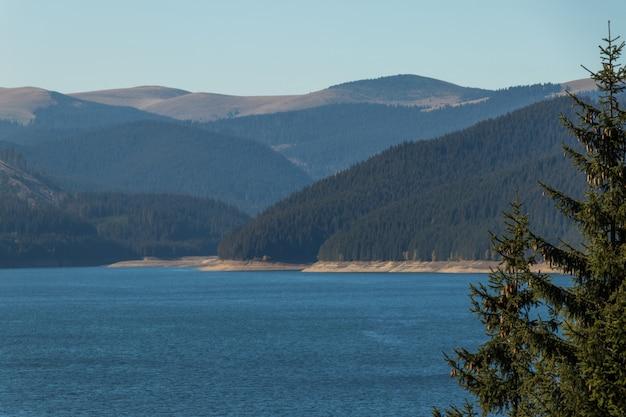 Une belle vue sur le lac