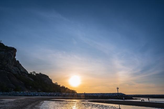Belle vue sur le lever du soleil depuis la plage de khao takiab à huahin prachuap khiri khan en thaïlande