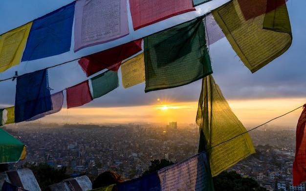 Belle vue sur le lever du soleil d'or de swayambhunath stupa katmandou népal