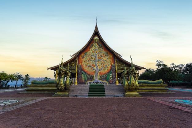 Belle vue lever de soleil au wat sirindhorn wararam (wat phu prao), province d'ubon ratchathani, thaïlande