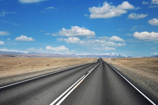 Belle vue le long du tract chuysky, république de l'altaï, russie, route vide
