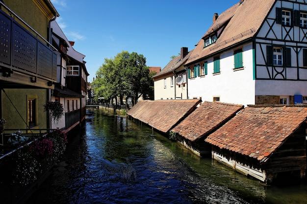 Belle vue sur les maisons sur la rivière avec des arbres à la lumière du jour