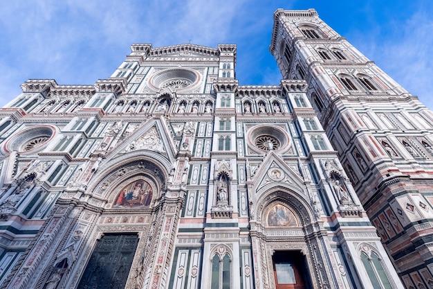 Belle vue sur la majestueuse façade de la cathédrale de florence florence, italie