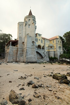 Belle vue sur le manoir historique de luxe, maintenant le musée condes de castro guimaraes, situé à cascais, au portugal.