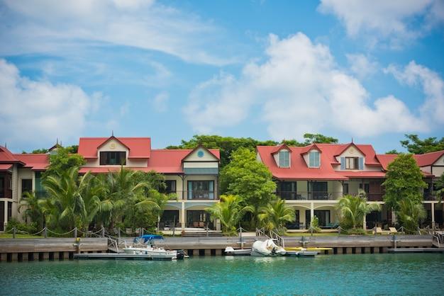 Une belle vue sur la marina à eden island, mahé, seychelles