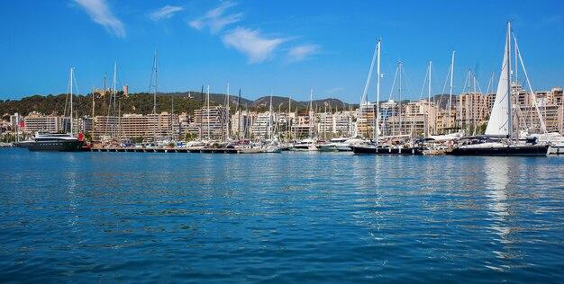 Belle vue sur la mer avec des bateaux, des yachts et palma de majorque à l'horizon
