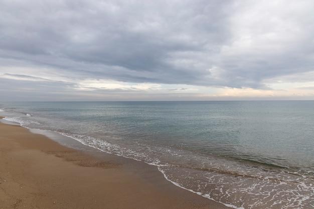 Belle vue mer et ciel nuageux