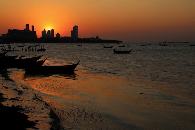 Belle vue sur la mer avec coucher de soleil et ciel coloré le matin d'été. concept de nature.