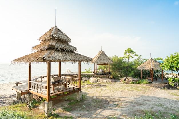 Belle vue sur la mer depuis les cabanes, les chalets, les vacances d'été sur la plage paradisiaque