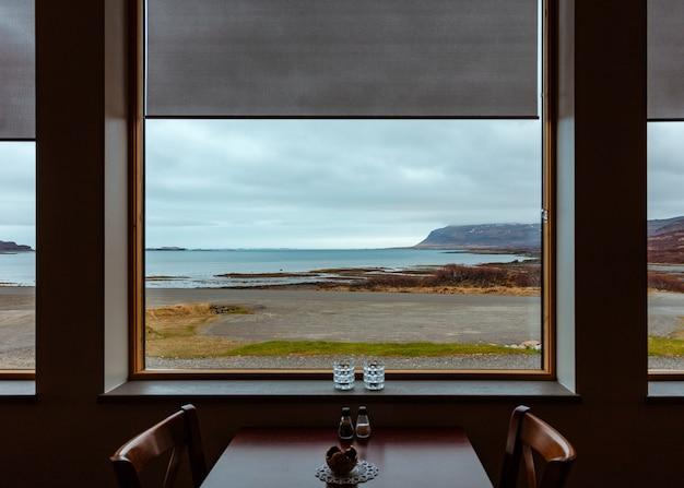 Belle vue sur la mer depuis une fenêtre d'un restaurant