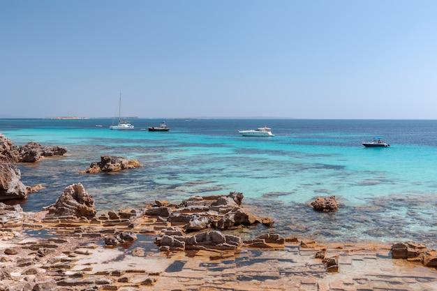 Belle vue sur la mer limpide émeraude de l'île d'ibiza
