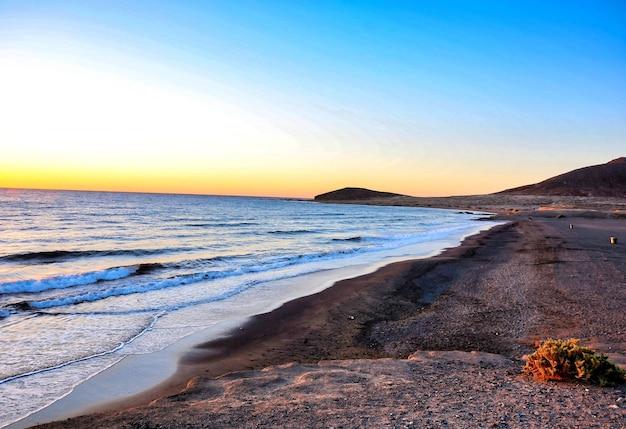Belle vue sur la mer pendant le coucher du soleil aux îles canaries