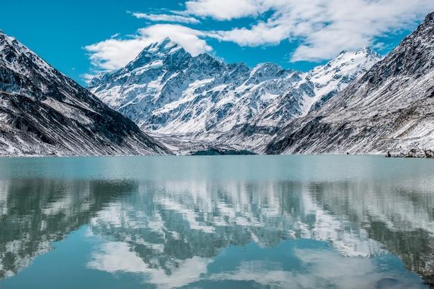Belle vue sur le mont cook et la réflexion sur le lac hooker après une journée enneigée.
