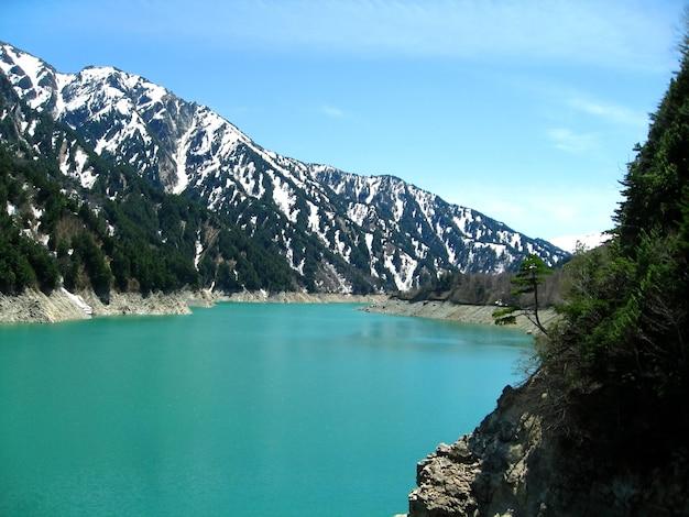 Belle vue sur la montagne enneigée et le téléphérique de tateyama à tateyama kurobe alpine route au printemps