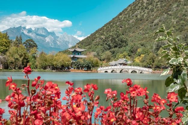 Belle vue sur la montagne de neige du dragon de jade et le pont suocui sur la piscine du dragon noir dans le parc du printemps de jade, lijiang,