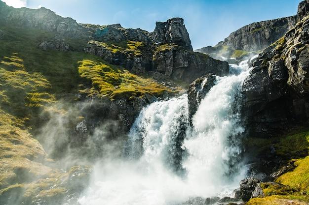 Belle vue sur une montagne près de la cascade de klifbrekkufossar