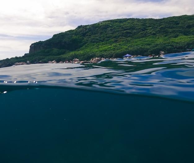 Belle vue sur la montagne verte et les nuages dans l'île tropicale de taïwan. paysage de beauté avec océan et ciel bleu à keelung. bord de mer pittoresque aux beaux jours de l'été