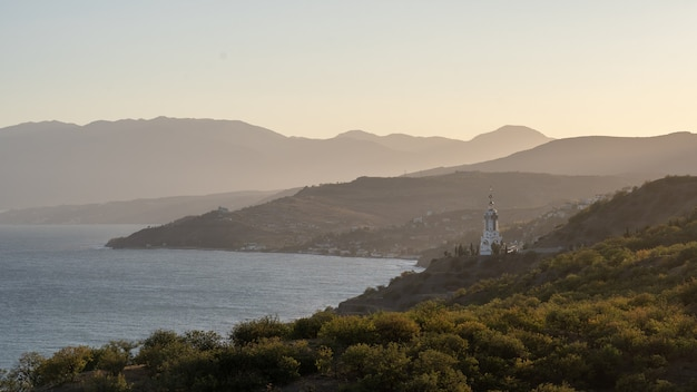Belle vue sur les montagnes depuis le sommet. coucher de soleil dans les montagnes. espace de copie