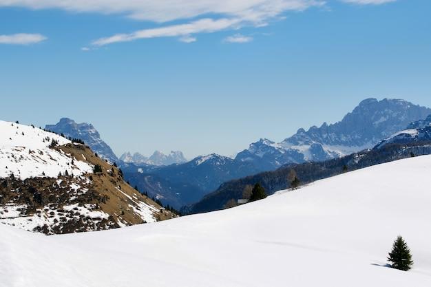 Belle vue sur les montagnes italiennes et ciel presque parfait