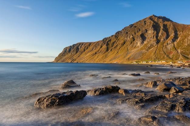 Belle vue sur les montagnes et la plage dans les îles lofoten au coucher du soleil