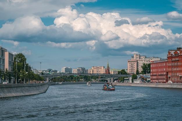 Belle vue de moscou vue panoramique sur la rivière de moscou en russie au jour d'été ensoleillé