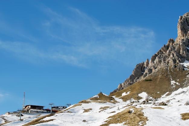 Belle vue sur la neige des montagnes et le ciel parfait