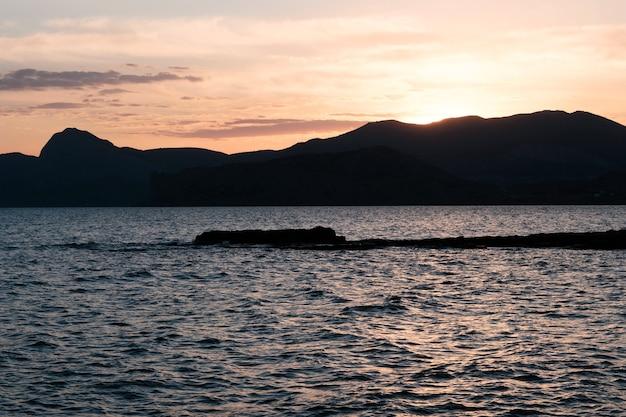 Belle vue panoramique sur la côte de la mer au coucher du soleil.