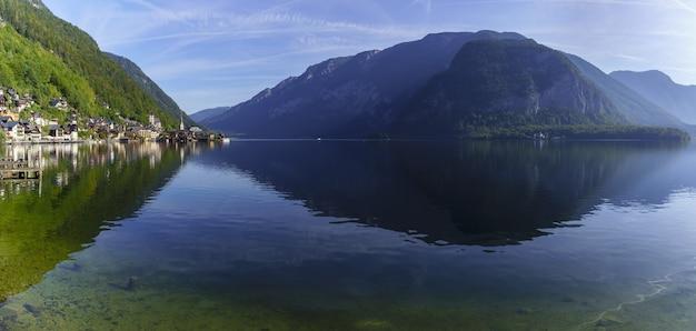 Belle vue panoramique du sud de hallstatt , petit village situé sur le lac de hallstatt , est connu pour sa production de sel , autriche