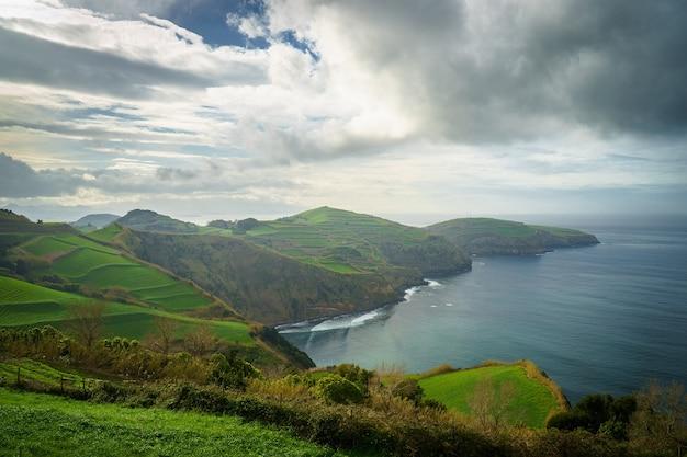 Belle vue panoramique sur l'île de sao miguel et l'océan atlantique du miradouro de santa iria à l'île de sao miguel, açores, portugal
