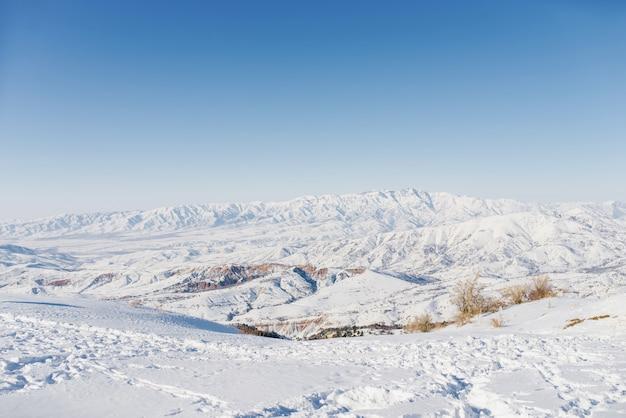 Belle vue panoramique sur les montagnes couvertes de neige. la meilleure vue depuis le téléphérique de beldersay