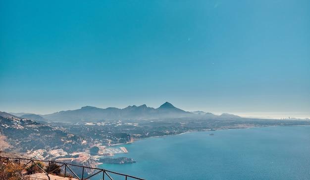 Belle vue panoramique sur la nature côtière des falaises près de la mer par temps ensoleillé.