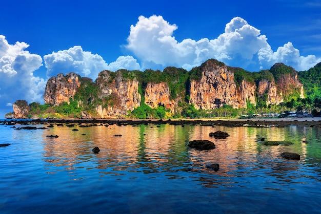 Belle vue panoramique sur la plage de tonsai à railay, krabi en thaïlande.