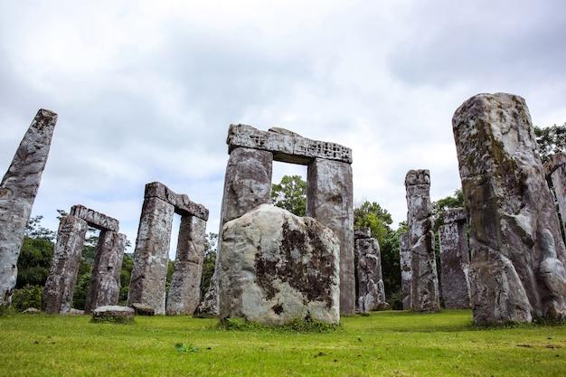 Belle vue sur le paysage de l'arrangement en pierre unique à stonehenge