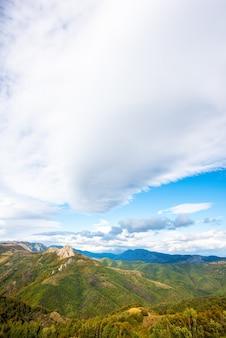 Belle vue sur un paysage avec les montagnes apuseni et la verdure en roumanie