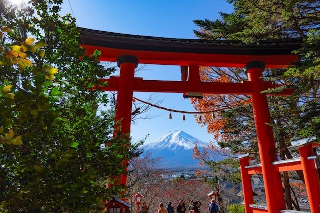 Belle vue de paysage de point de repère célèbre de mtfuji au japon en automne