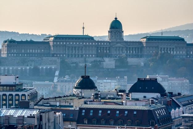 Belle vue sur le paysage urbain du château de buda et du palais des rois hongrois à budapest, hongrie dans le brouillard du matin.