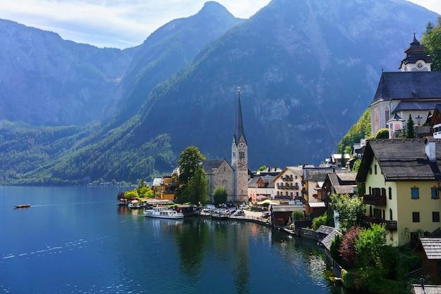 Belle vue sur le petit village de hallstatt situé sur la rive du lac de hallstatt en autriche