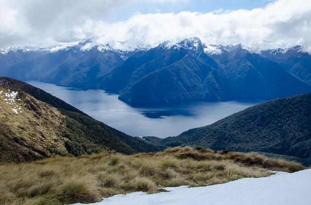 Belle vue sur la piste kepler dans le parc national de fiordland, nouvelle-zélande