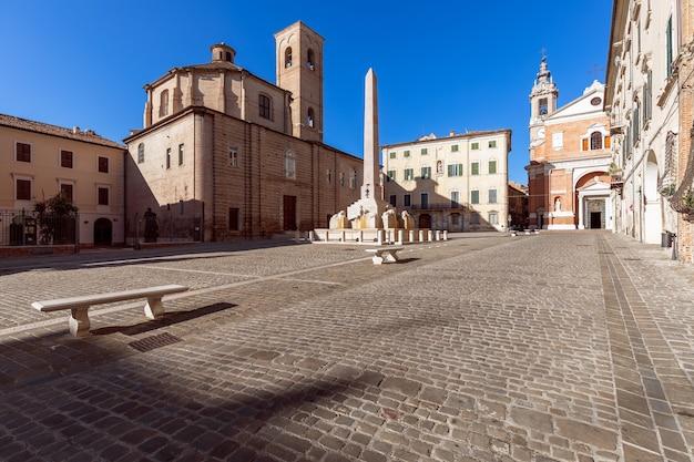 Belle vue sur la place piazza federico ii avec la célèbre fontaine obélisque de la ville de jesi. marches, italie