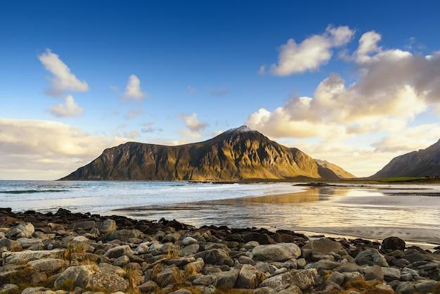 Belle vue sur la plage avec un ciel bleu