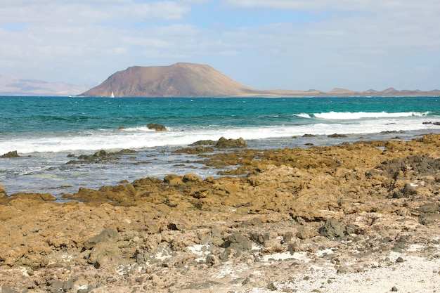 Belle vue sur la plage de corralejo avec l'île de lobos, fuerteventura, îles canaries