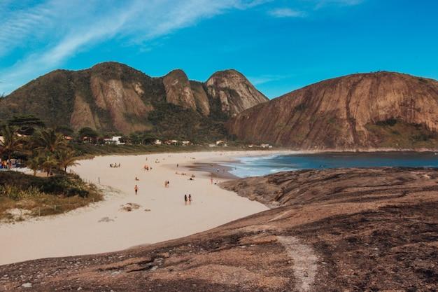 Belle vue sur la plage de rio de janeiro avec une superbe formation rocheuse et des montagnes