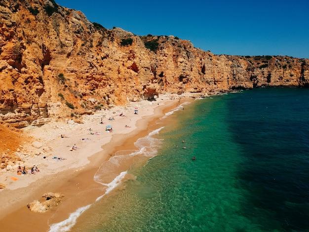 Belle vue sur une plage de sable sous la falaise